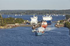 Kiel - Schiffe, die den Verschluss Kiel-Holtenau verlassen Lizenzfreie Stockbilder