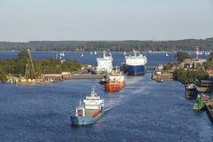 Kiel - Schiffe, die den Verschluss Kiel-Holtenau verlassen Stockbild