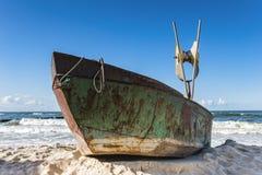 Kielboot op kust somethere dichtbij Tallinn, Estland Stock Foto's