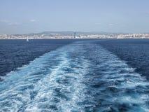 Kielzog van de Tunesische veerboot die Marseille verlaten Stock Afbeeldingen