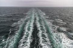 Kielzog van een Deense veerboot onderweg aan de Faeröer Stock Afbeeldingen