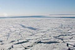 Kielzog van een schip op het bevroren overzees stock foto's