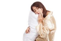 Kielzog van het geeuw het Aziatische meisje omhoog slaperig en slaperig met hoofdkussen royalty-vrije stock foto