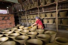 Kien Giang,越南- 2016年12月6日:做泥罐-瓦器产品的越南妇女用人工在Hon Dat区, Kien Giang PR 免版税图库摄影