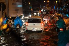 Kien Giang, Vietnam - 6. Dezember 2016: Überschwemmte Straße auf asiatischer Stadt nach starkem Regen nachts in Rach GIA-Stadt, S stockfotos