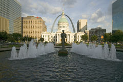 Kiener广场- ï ¿ ½在喷泉的Runnerï ¿ ½在历史的老法院前面和门户在圣路易斯,密苏里成拱形 免版税库存图片