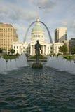 Kiener plac - ï ¿ ½ Runnerï ¿ ½ w wodnej fontannie przed historycznym Starym Dworskim domem i brama Wysklepia w St Louis, Missour Zdjęcia Royalty Free