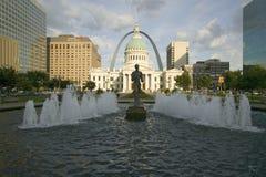 Kiener Plaza - ï¿ ½ den Runnerï ¿ ½en i vattenspringbrunn framme av den historiska gamla domstolsbyggnad- och nyckelbågen i St Lo Royaltyfri Bild