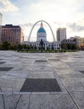 Kiener Plaza and the Gateway Arch in St. Louis, Missouri stock photography