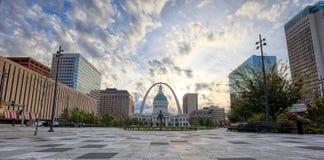 Kiener Plaza och nyckelbågen i St Louis, Missouri arkivbilder