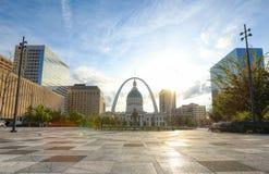 Kiener Plaza och nyckelbågen i St Louis, Missouri royaltyfria bilder