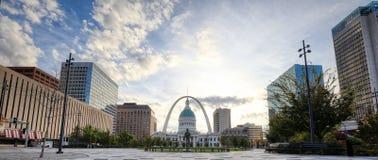 Kiener Plaza och nyckelbågen i St Louis, Missouri royaltyfri foto