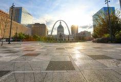 Kiener Plaza och nyckelbågen i St Louis, Missouri royaltyfri fotografi