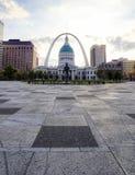 Kiener Plaza och nyckelbågen i St Louis, Missouri arkivbild