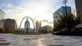 Kiener Plaza och nyckelbågen i St Louis, Missouri royaltyfri bild