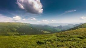 Kierdel barani pasanie w góra krajobrazie Widok z lotu ptaka natury sceneria przy zmierzchu nieba timelapse zbiory wideo