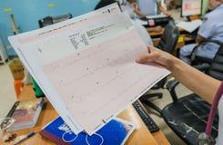 Kierowa analiza, elektrokardiograma wykres ECG w ręki lekarce przy szpitalem zdjęcie royalty free
