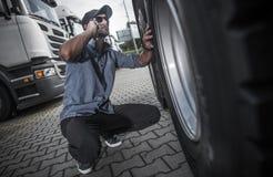 Kierowca ciężarówki Patrzeje Dla Nowej ciężarówki zdjęcia stock