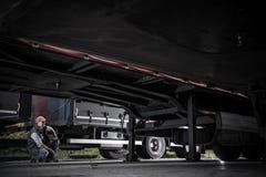 Kierowca ciężarówki Sprawdza przyczepy zdjęcie stock