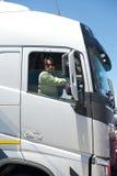 Kierowca ciężarówki w kabinie Zdjęcia Royalty Free