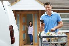 Kierowca Dostarcza Online sklepu spożywczego rozkaz obrazy stock