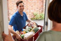 Kierowca Dostarcza Online sklepu spożywczego zakupy rozkaz zdjęcie stock