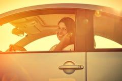 Kierowca kobieta na telefonie Fotografia Royalty Free