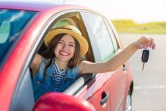 Kierowca kobieta ono uśmiecha się pokazywać nowych samochodów klucze i samochód Fotografia Royalty Free