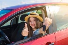 Kierowca kobieta ono uśmiecha się pokazywać nowych samochodów klucze i samochód Obrazy Royalty Free
