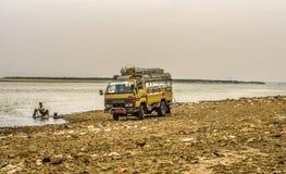 Kierowca myje jego samochód w Irrawaddy rzece obrazy stock