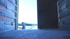 Kierowca otwiera drzwi przyczepa przy parkującą ciężarówką przy lato słonecznym dniem Ciężarówka parkująca w wsi Widok from insid zdjęcie wideo