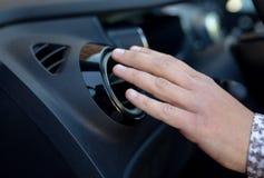 Kierowca ręka na lotniczym wentylaci grille z władza regulatorem, nowożytny samochodowy wewnętrzny szczegół Zdjęcia Royalty Free