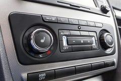 Kierowca ręka nastraja temperaturową kontrola w samochodowej klimatyzaci Chłodzić klimat w pojazdu wnętrzu obrazy royalty free