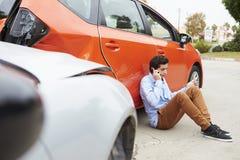 Kierowca Robi rozmowie telefonicza Po wypadku ulicznego zdjęcie stock