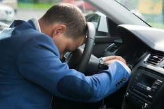 Kierowca samochód przy kołem spadał uśpiony podczas wycieczki, tworzy sytuację awaryjną zdjęcia stock