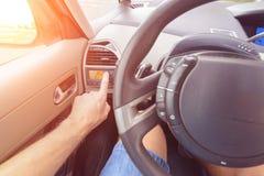 Kierowca używa ac klimatyzuje system Obraz Stock