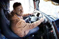 Kierowca w kabinie duża ciężarówka zdjęcia stock