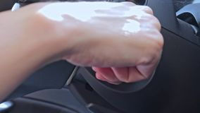 Kierowca wkłada klucz i uruchamia dziurę klucza zapłonu silnika, zamek zapłonu nowoczesnego samochodu. zbiory wideo
