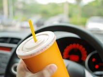 Kierowca woda pitna w samochodzie obraz stock