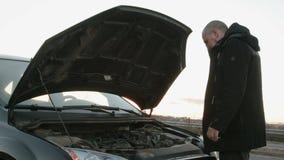 Kierowca załatwia szkodę w parowozowym przedziale Pojęcie drogowa podróż, przygoda zdjęcie wideo
