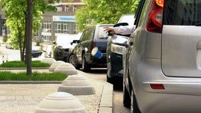 Kierowcy miotania grat z samochodowego okno, kontaminowanie w mieście, brudni chodniczki obrazy royalty free