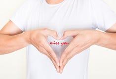 Kierowe kształt ręki na lewej strony klatce piersiowej z słowami - brakuje ciebie Zdjęcia Royalty Free