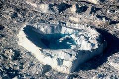 Kierowego kształta spławowa lodowa pobliska góra lodowa w ilulissat, Greenland, jakobshavn Obrazy Royalty Free