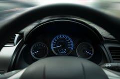 Kierownica i deska rozdzielcza, Przymocowywamy pasa bezpieczeństwa szyldowego ostrzeżenie na samochodowej deski rozdzielczej info Zdjęcia Royalty Free