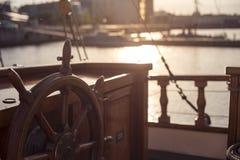 Kierownica stary drewniany żeglowanie statek w zmierzchu Zdjęcie Stock
