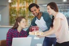 Kierownictwa świętuje ich kolegów urodzinowych Obrazy Stock