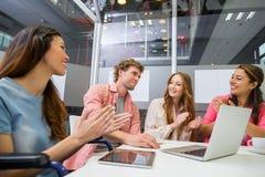 Kierownictwa docenia ich kolegi podczas spotkania w sala konferencyjnej zdjęcia stock