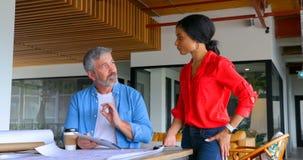 Kierownictwa dyskutuje z each inny na biurku 4k zdjęcie wideo