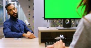 Kierownictwa oddziała wzajemnie z each inny przy biurkiem 4k zbiory wideo