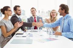 Kierownictwa trząść ręki w deskowego pokoju spotkaniu obraz royalty free